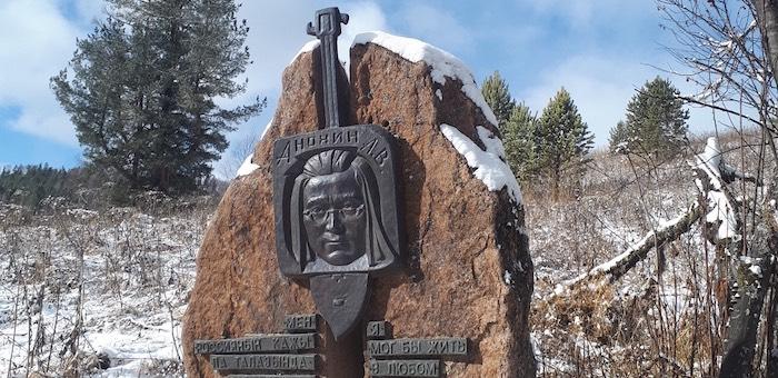 Работники Национального музея облагораживают памятник Анохину в долине Куюма
