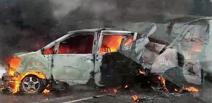 Иномарка и микроавтобус сгорели после столкновения на Чуйском тракте (видео)