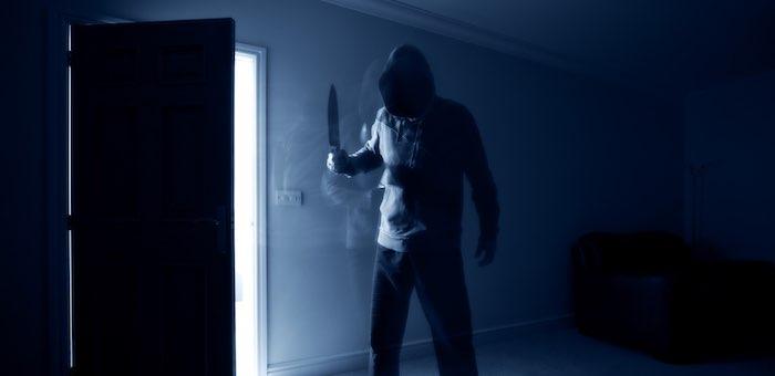 Мужчина в маске и с ножом хотел украсть в кафе пару бутылок пива