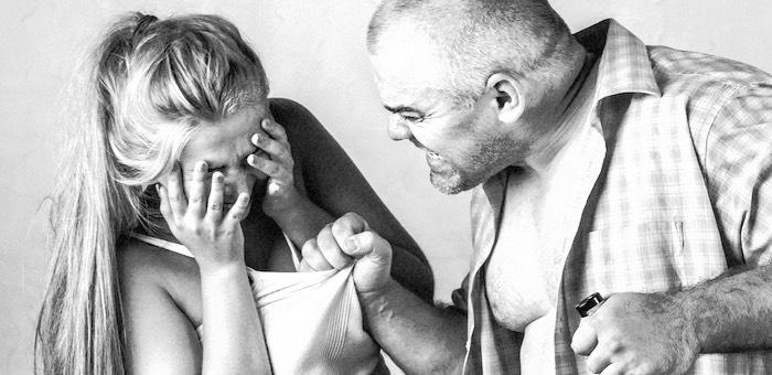 Еще один «мужчина» ударил престарелую мать по голове кулаком