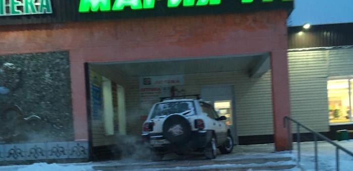 Полицейские нашли и наказали припарковавшегося на крыльце магазина водителя