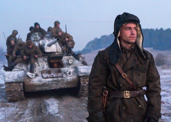 Новогодняя киноафиша: новые богатыри, последние елки и героический танк