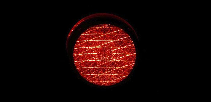 Подросток перебегал дорогу на красный свет и попал под колеса