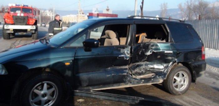Молодая горожанка за рулем иномарки с двухлетним пассажиром не уступила дорогу грузовику и попала в аварию