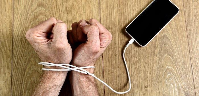 Сотрудник турбазы по просьбе клиентки нашел потерянный телефон и прикарманил его