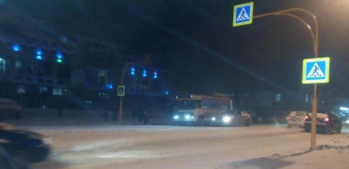 Во время снегопада двое детей попали под колеса, переходя улицу