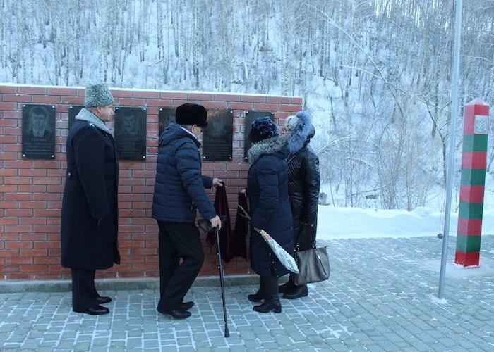 В Горно-Алтайске увековечили имена пограничников, погибших при исполнении воинского долга