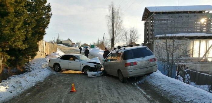 Два автомобиля не поделили дорогу в Горно-Алтайске