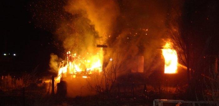 Два человека погибли на пожарах в новогодние праздники, несколько домов уничтожено огнем