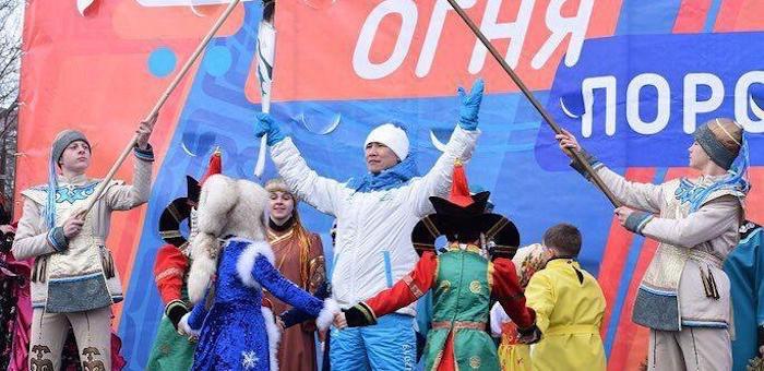 Заслуженный артист Республики Алтай пронес факел игр «Дети Азии» по улицам Поронайска