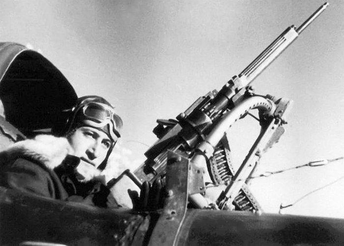 Отбил атаку вражеских истребителей и уничтожил наземные цели