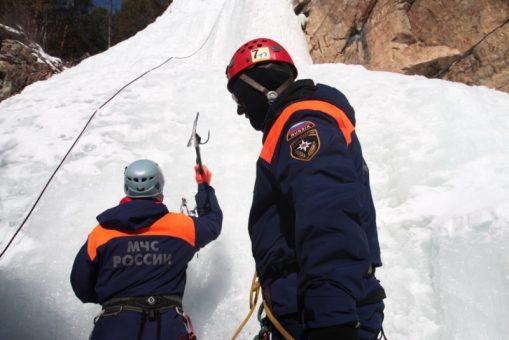 Спасатели провели тренировку на замерзшем Камышлинском водопаде