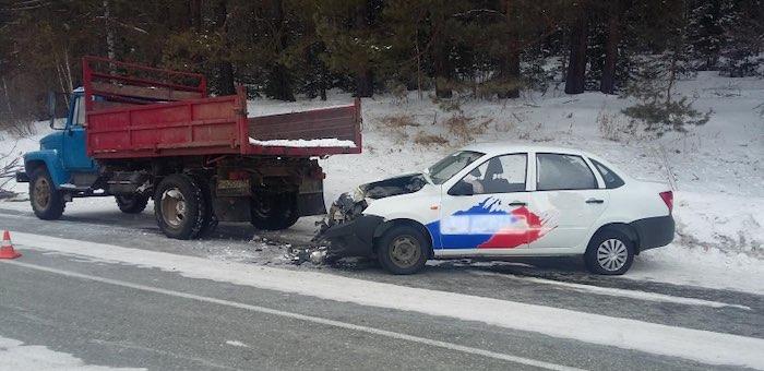 «Лада Гранта» с пятью пассажирами врезалась в припаркованный на обочине дороги грузовик