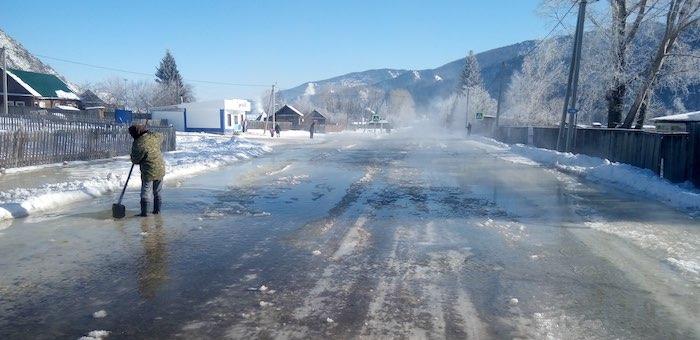 В Теньге из-за наледи подтопило дорогу на Усть-Кан и две улицы