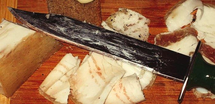 Очередная кровавая попойка: сначала резал сало, а потом напал с ножом на кочегара