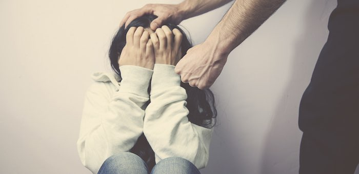 Ревнивый мужчина напал на подругу с кулаками и ножом