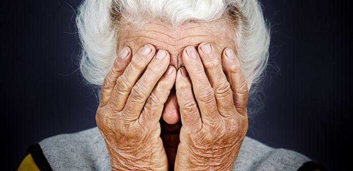 Санитарка обворовала 80-летнюю пациентку
