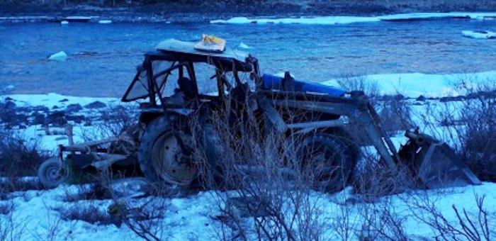 Трактор перевернулся на Чуйском тракте, тракторист госпитализирован