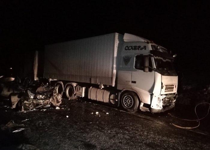 На Семинском перевале BMW столкнулся с грузовиком, водитель иномарки погиб на месте