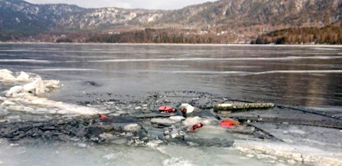«Нива» провалились под лед на Телецком озере, один человек погиб