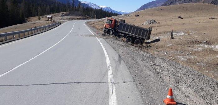 На Чуйском тракте опрокинулся грузовик