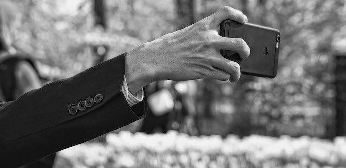 Опасное селфи: 20 человек «поймали» клеща, фотографируясь на фоне алтайских красот