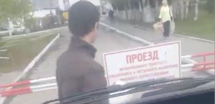 Видео: охранник ресбольницы не пропускал на территорию «скорую» с больным