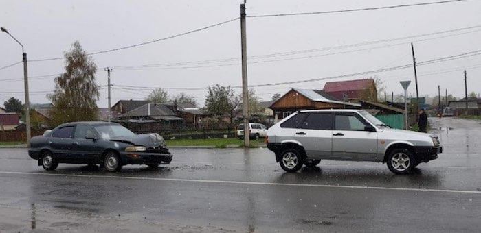 Горожанка на «Тойоте» протаранила ВАЗ, водитель ВАЗа госпитализирована