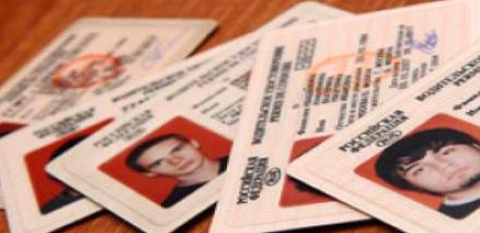 Женщина выманила у трех мужчин деньги, обещая сделать им водительские права