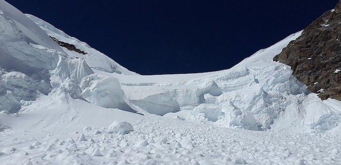 Оперативный штаб по поиску попавших под лавину туристов создан на Алтае