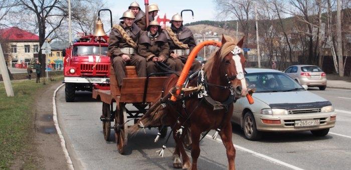 Конно-бочечное шествие состоялось в Горно-Алтайске в честь юбилея пожарной охраны