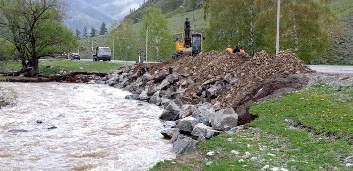 Дорожники отстояли Чуйский тракт в Онгудайском районе от паводка
