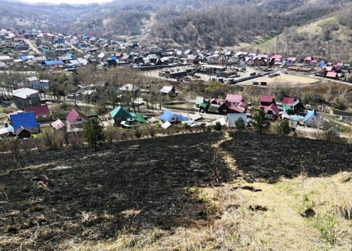 В Горно-Алтайске из-за сухой травы едва не сгорели 23 жилых дома