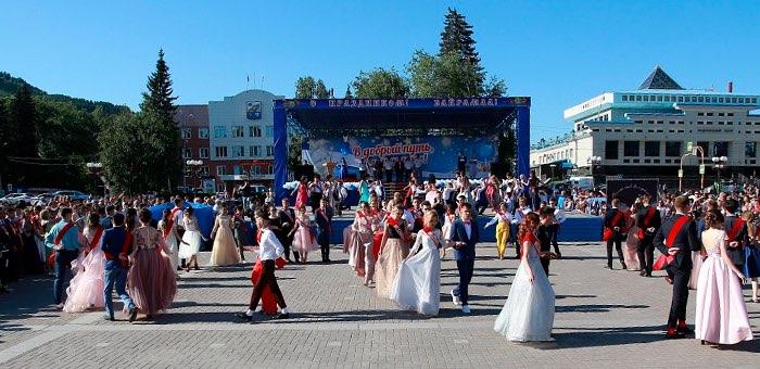 615 выпускников попрощались со школами в Горно-Алтайске