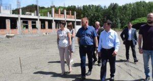 Руководители города провели выездную планерку на месте строительства школы на Заимке