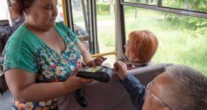 Вместо проездного – банковская карта. На Алтае запущена новая технология для льготников