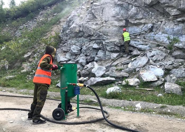 Акция по очистке скал от надписей проходит в Горном Алтае