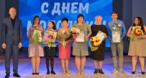 Молодые волонтеры и специалисты по работе с молодежью получили награды