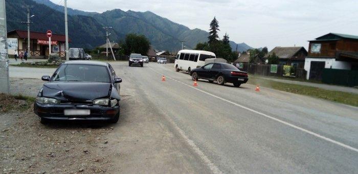 Две «Тойоты» не поделили дорогу в Чемале