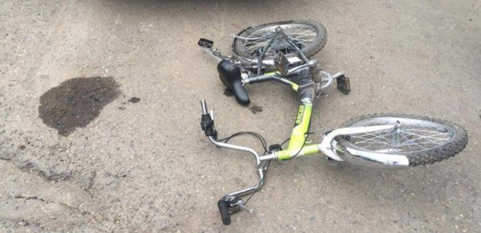 Мальчик на велосипеде выехал на дорогу под колеса автомобиля