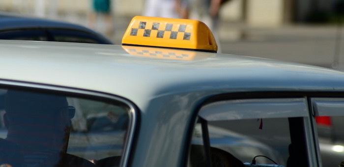 Пьяный студент сорвал злобу на машине такси