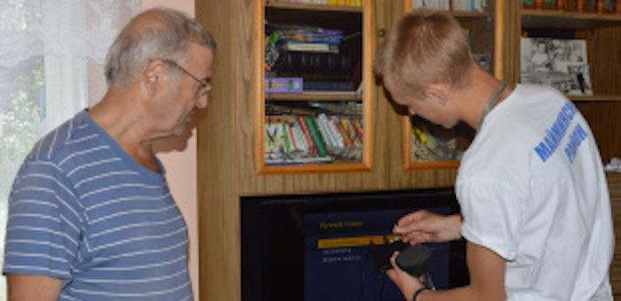 В Майминском районе волонтеры помогают пенсионерам подключить цифровые телеприставки