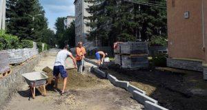 Ремонт тротуара на центральном проспекте завершится в первой половине августа