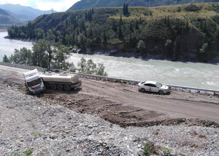 Горожанка на иномарке столкнулась с грузовиком на Чуйском тракте