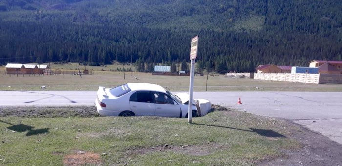 Нетрезвый водитель без прав разбил машину в Акташе и бросил раненого пассажира