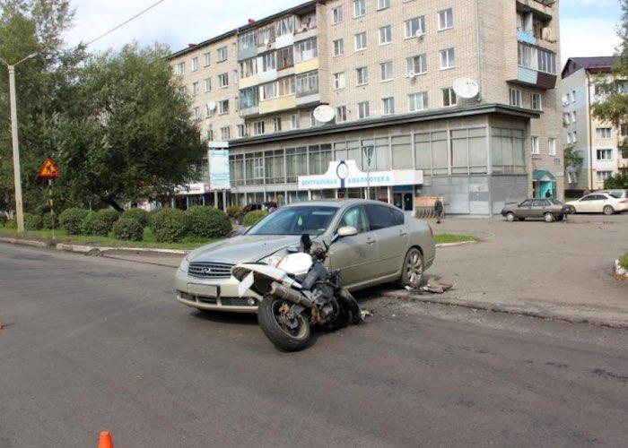 Горожанин на Infiniti протаранил мотоцикл в Горно-Алтайске