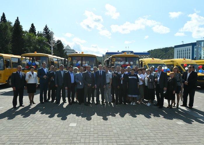 16 школьных автобусов и девять санитарных автомобилей получили муниципалитеты Республики Алтай