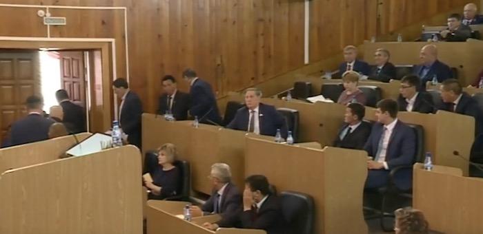 Скандал на сессии – часть депутатов покинула зал Госсобрания