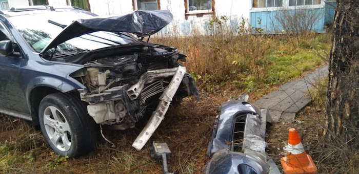 22-летняя девушка разбила Nissan Murano о дерево и забор