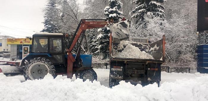 Снегоуборочная техника продолжает работу на улицах города